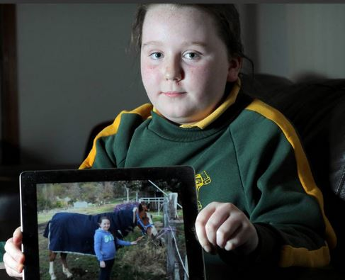 Ella Seccull, 10, holds a picture of her with Raghtoo. Picture: TARA ASHWORTH